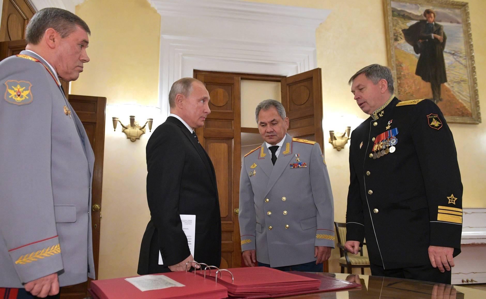 Игор Костюков, директор на ГРУ, с Путин и военния министър Шойгу