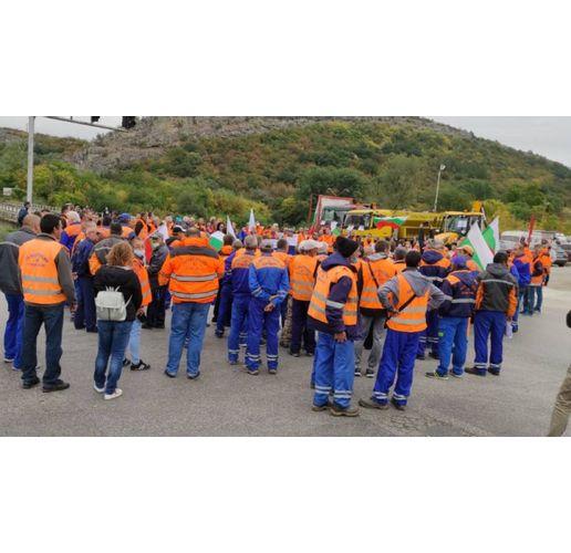 Близо 200 работници от Пътни строежи – Велико Търново блокираха за 15 минути международния път Русе – Свиленград
