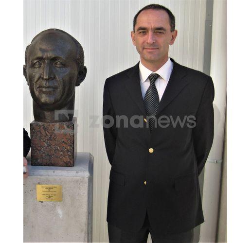 Мартин Заимов до бюст на диктатора Тодор Живков