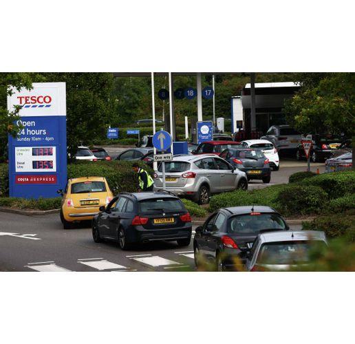 Паника на бензиностанциите във Великобритания