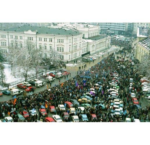 Хиляди български граждани направиха жива верига на 10 януари 1997 г. около НС