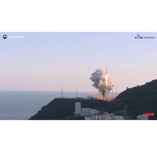 Южна Корея изстреля първата си космическа ракета за тестови полет