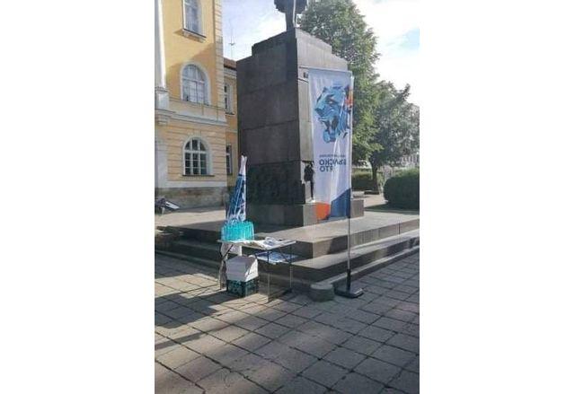 Агитационните материали на партията на Васил Божков върху паметника на Васил Априлов