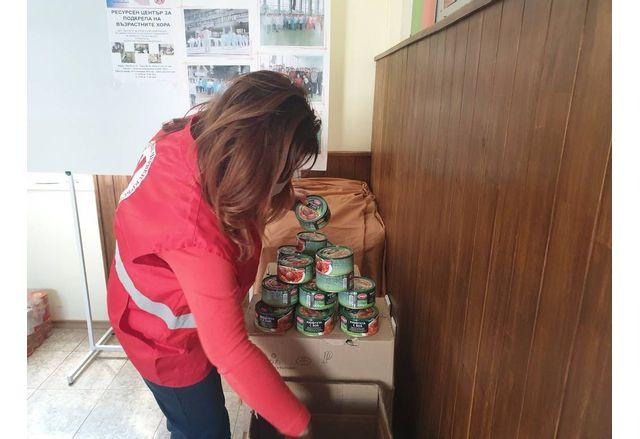 БЧК-Русе получи голямо дарение от хранителни консервирани продукти