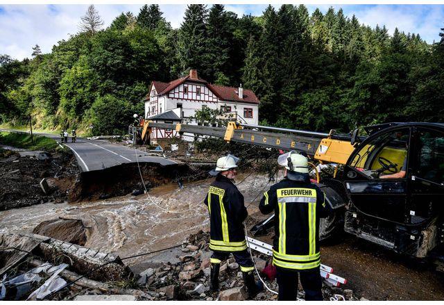 Броят на загиналите при наводненията в Германия достигна 141