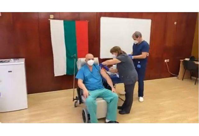 Ген. Мутафчийски получи втората доза от ваксината