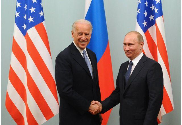 Джоузеф Байдън и Владимир Путин по време на срещата им в Москва , 2011 г.