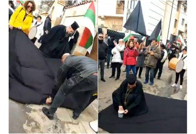 Дионисии разпъва черен чаршаф пред дома на Борисов в Банкя