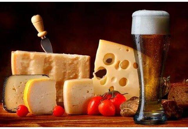 Днес не е тайна, че бирата и сиренето вървят ръка за ръка
