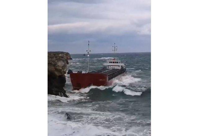 Заседналият кораб сред огромните вълни