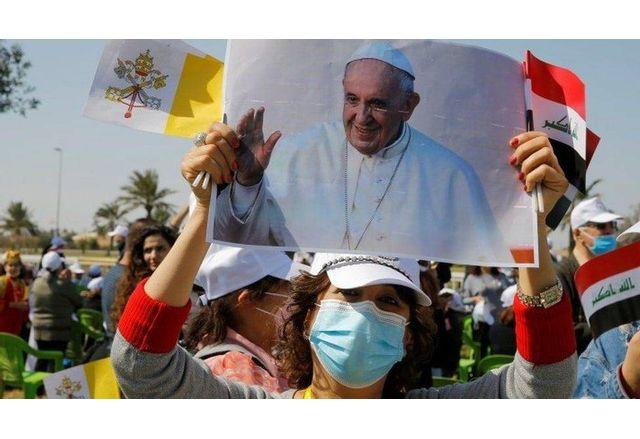 Иракчани приветстват папа Франциск по улиците на Багдад
