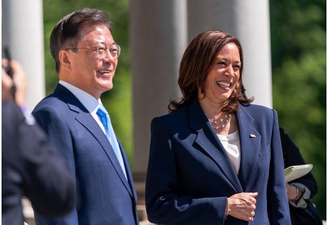 Камала Харис и южнокорейският президент Мун Чже Ин