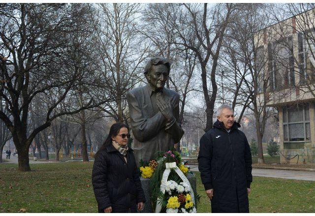 Кметът на Монтана Златко Живков пред паметника на Йордан Радичков