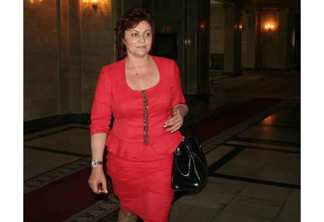 Корнелия Нинова в червено