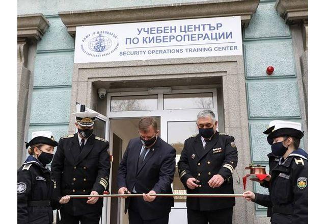Красимир Каракачанов реже лентата на откриването на Център по кибероперации