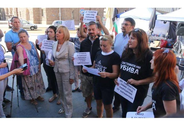 """Мая Манолова с майките от """"Системата ни убива"""" преди"""