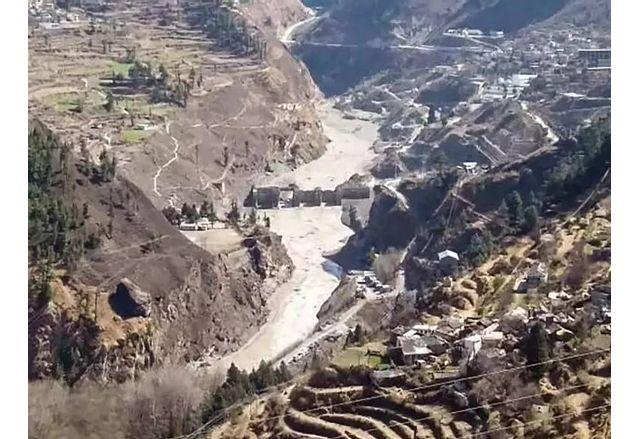 Между 100 и 150 души са загинали при рухването на хималайски ледник
