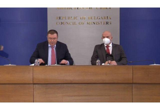 Министър Костадин Ангелов и ген. Венцислав Мутафчийски на брифинга