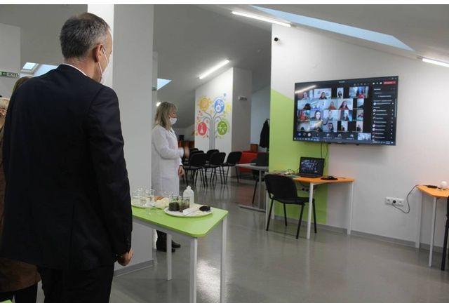 """Министър Красимир Вълчев влезе в реално време при ученици от 9 """"в"""""""