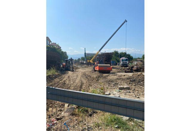 Строителните дейности по изграждане на пробива продължават