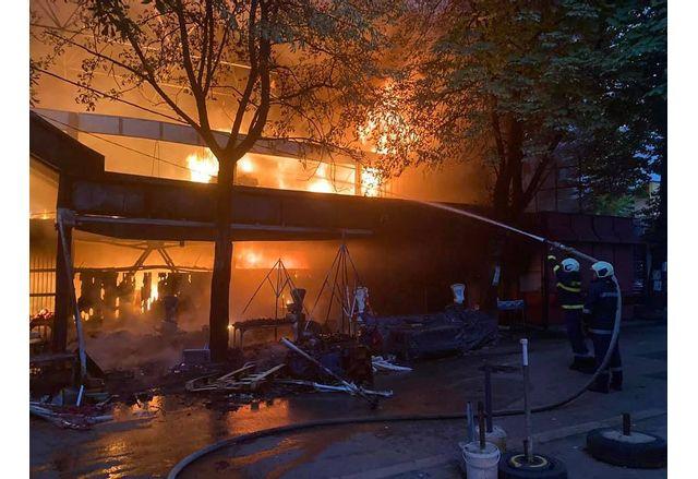 Пожар изпепели част от пазара в центъра на Перник