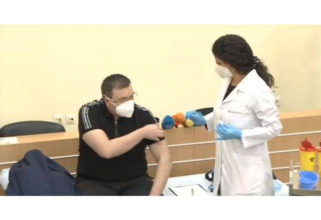Поставянето на втората доза от ваксината на здравния министър Костадин Ангелов