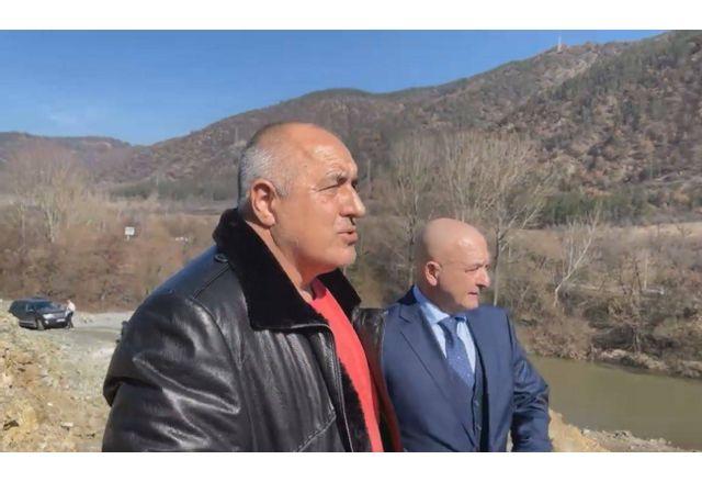 Премиерът Борисов и ген. Мутафчийски пред тунел Железница на АМ Струма