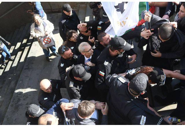 Протестиращи биха с пръчка и с юмруци служебния министър на образованието Денков