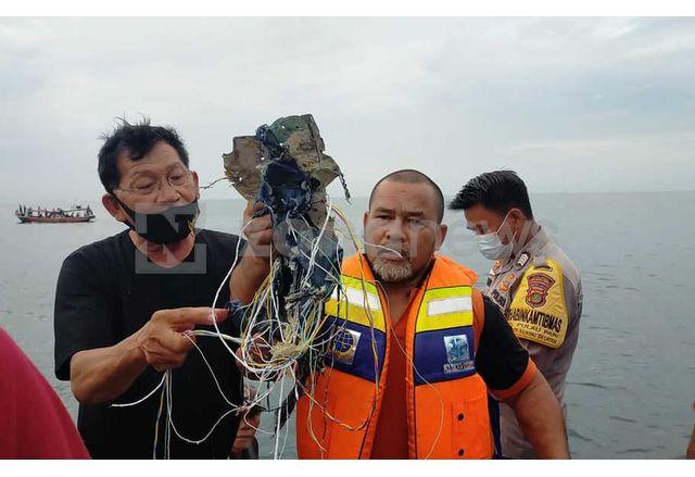 Спасителни екипи откриха останки от разбилия се индонезийски самолет