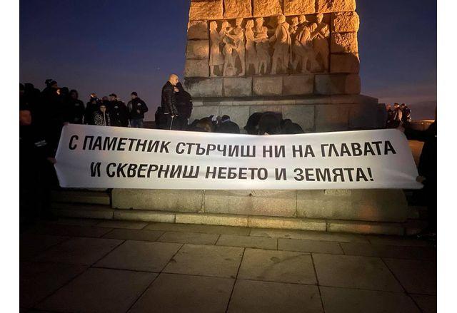 Стотици пловдивчани почетоха жертвите на комунизма на хълма Бунарджик в Пловдив