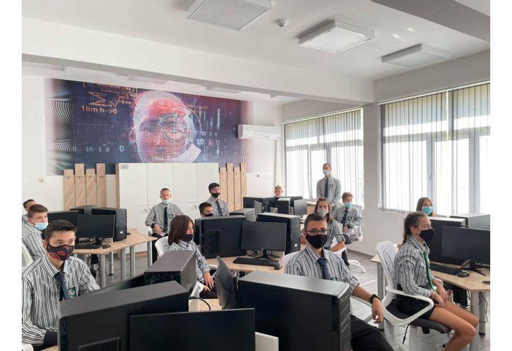 Математическата гимназия във Враца е с нова компютърна лаборатория